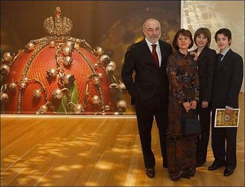 Виктор Вексельберг с женой детьми